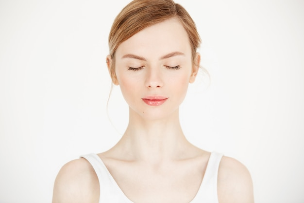흰색 배경에 고립 된 깨끗 하 고 신선한 피부를 가진 젊은 아름 다운 여자의 초상화. 감긴 눈. 아름다움과 건강 생활. 무료 사진
