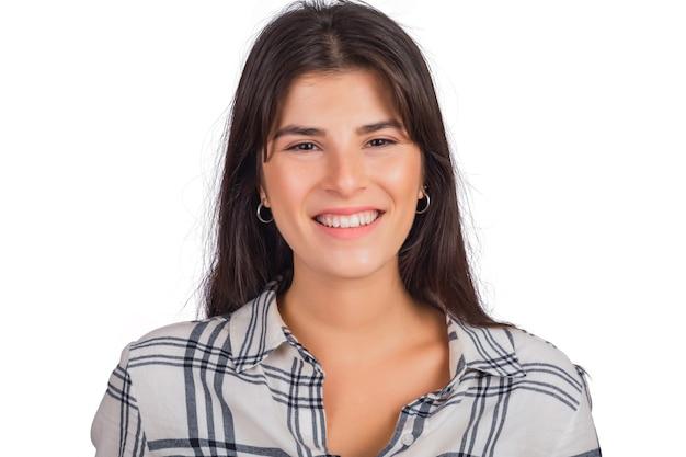 Портрет молодой красивой женщины смотрит и улыбается. Бесплатные Фотографии
