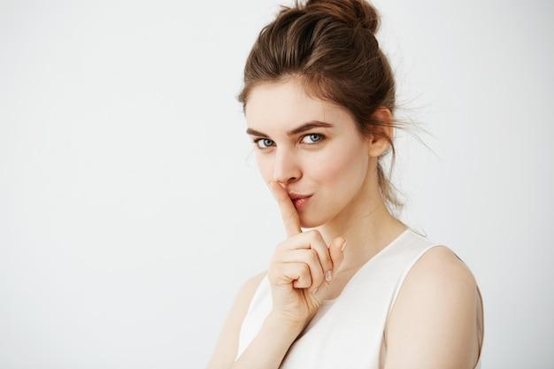 沈黙を保つを示す若い美しい女性の肖像画 無料写真