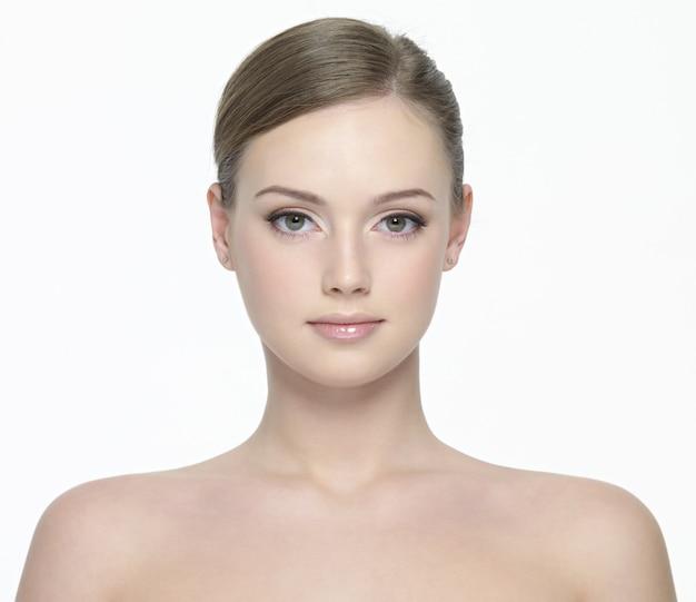 흰색에 고립 된 신선한 깨끗한 피부를 가진 젊은 아름 다운 여자의 초상화 무료 사진