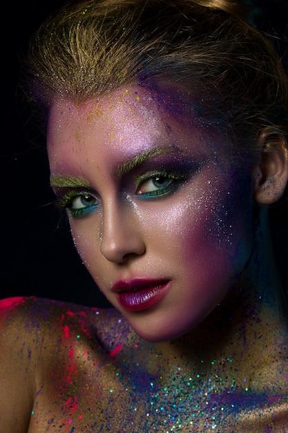 Портрет молодой красивой женщины с составом современной моды творческим. подиум или макияж на хэллоуин. Premium Фотографии