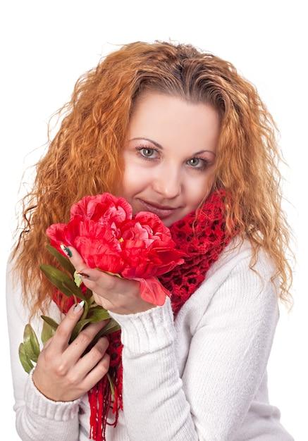 Портрет молодой красивой женщины с красным цветком Premium Фотографии