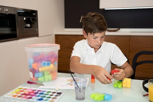 自宅で遊ぶ少年のポートレート 無料写真