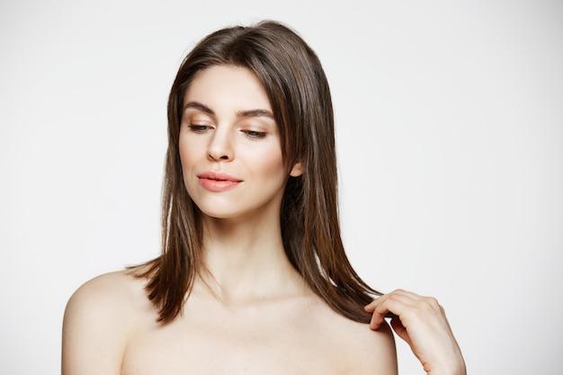 Портрет молодой брюнетки красивая женщина улыбается трогательно волосы. спа-салон красоты здоровых и косметологии концепции. Бесплатные Фотографии