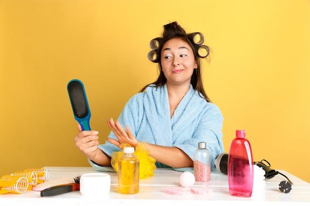 Портрет молодой кавказской женщины в ее день красоты, уход за кожей и волосами Бесплатные Фотографии