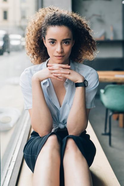 探している若い白人女性の肖像画 Premium写真
