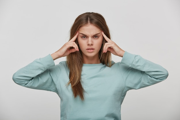 Портрет молодой очаровательной, привлекательной женщины, страдающей от головной боли Бесплатные Фотографии