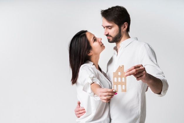Портрет молодой пары вместе в любви Premium Фотографии
