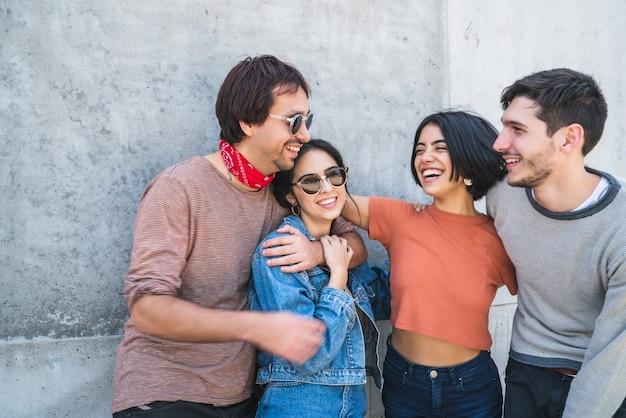 Портрет молодой группы друзей, хорошо проводящих время вместе и весело проводящих время на открытом воздухе. концепция образа жизни и дружбы. Premium Фотографии