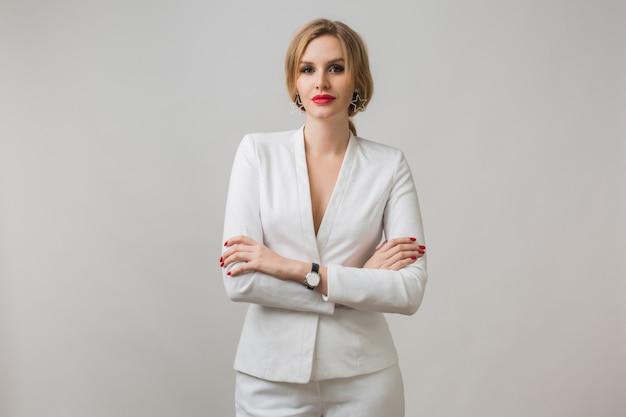 Портрет молодой леди в белом костюме уверенно Бесплатные Фотографии