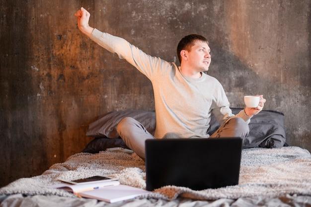 何気なく自宅で仕事の若い男の肖像 無料写真