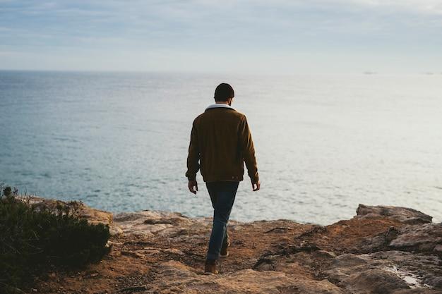 屋外で写真を撮る若い男の肖像 Premium写真