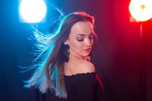 벽에 깜박이와 젊은 섹시 한 여자의 초상화. 프리미엄 사진