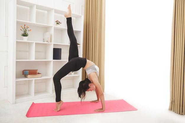 요가 운동을 하 고 젊은 스포티 한 여자의 초상화 프리미엄 사진