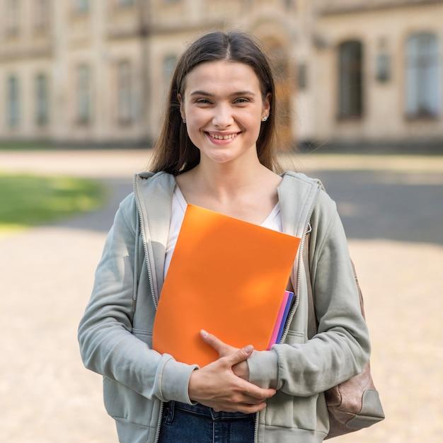 Портрет молодой студент счастлив вернуться в университет Бесплатные Фотографии