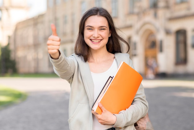 Портрет молодой студент счастлив вернуться в университет Premium Фотографии