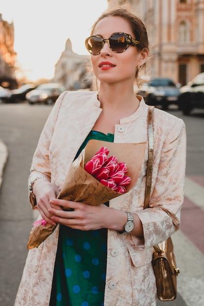 Портрет молодой стильной привлекательной женщины, прогулки по городу Бесплатные Фотографии