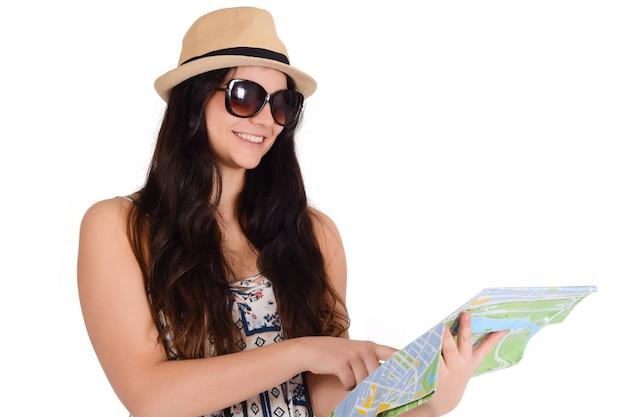 Портрет молодой женщины путешественника, глядя на карту Бесплатные Фотографии