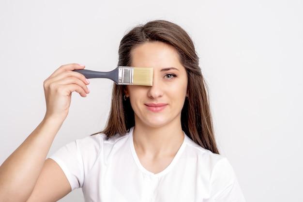 젊은 여자의 초상화는 붓으로 눈을 커버 프리미엄 사진