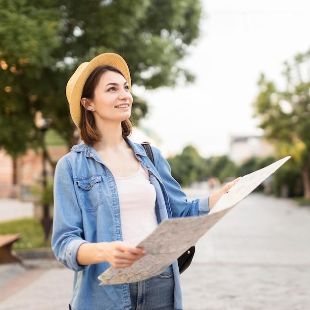 旅行を楽しんでいる若い女性の肖像画 無料写真
