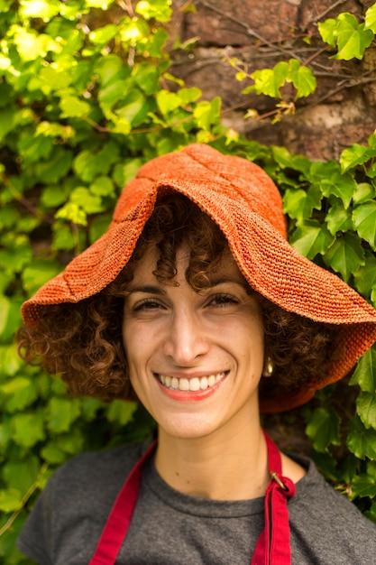 Портрет молодой женщины, работающей в саду Бесплатные Фотографии