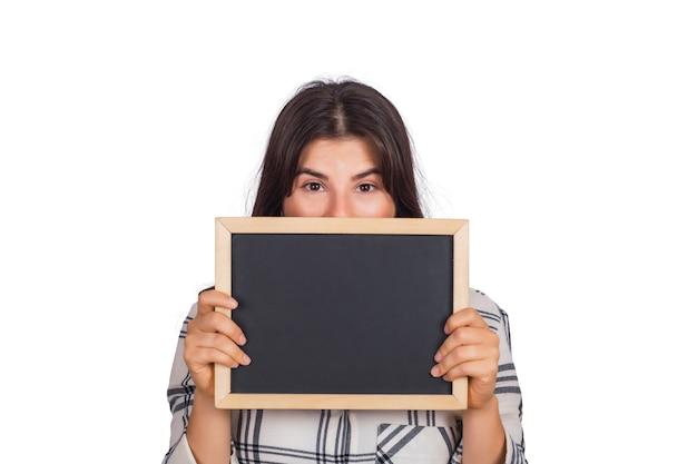 空の黒板を持っている若い女性の肖像画 無料写真