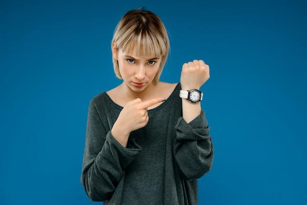 青い壁の上の若い女性の肖像画 無料写真