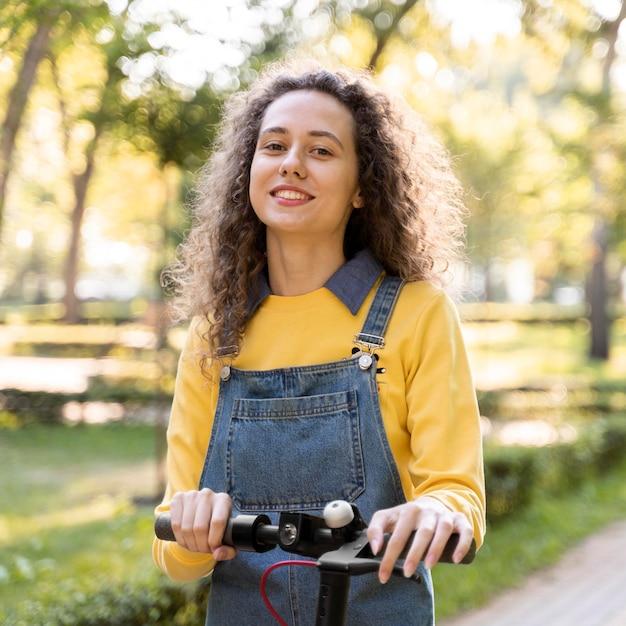 Портрет молодой женщины, позирующей Бесплатные Фотографии