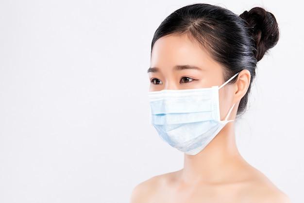 절연 얼굴 마스크를 착용하는 젊은 여자의 초상화. 독감 전염병, 먼지 알레르기, 바이러스 예방. 도시 대기 오염 개념 프리미엄 사진