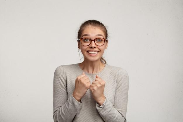 眼鏡をかけている若い女性の肖像画 無料写真