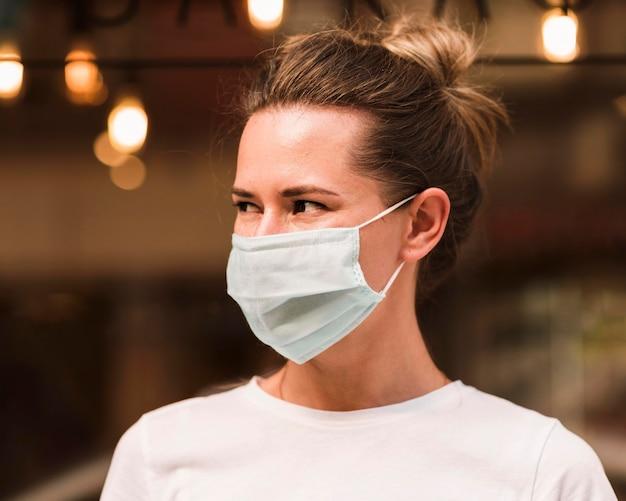 フェイスマスクを着た若い女性の肖像画 無料写真