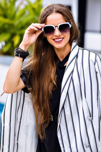 Ritratto di donna abbastanza elegante che indossa un abito bianco e nero elegante Foto Gratuite