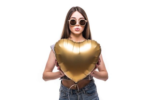 Ritratto di donna graziosa con palloncino a forma di cuore Foto Gratuite