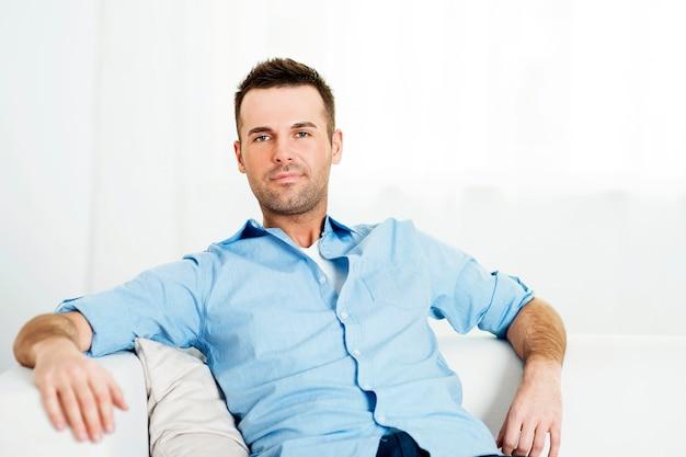 Ritratto di uomo rilassato a casa Foto Gratuite