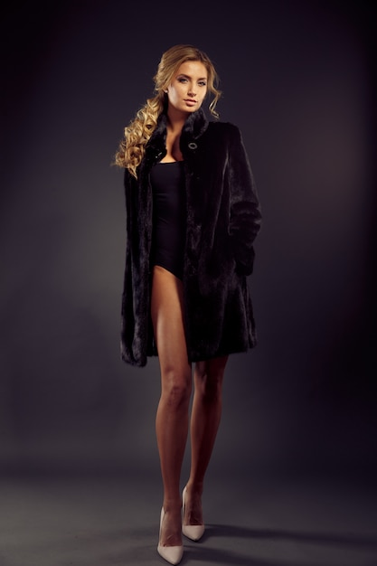 Portrait of a seductive lady in fur coat Premium Photo