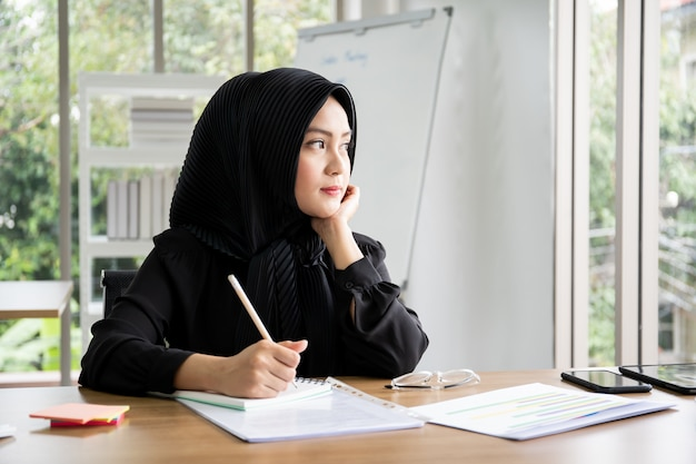 Portrait smart beautiful asian muslim businesswoman working in the office, diversity cultural and gender . Premium Photo