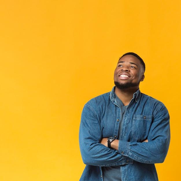 Портрет смайлик со скрещенными руками Бесплатные Фотографии