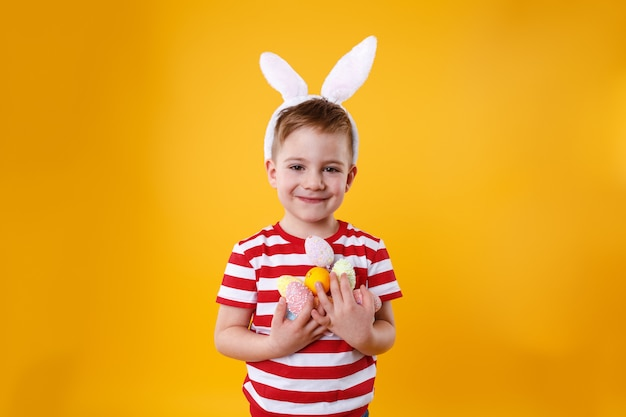 Portrait of a smiling adorable little boy wearing bunny ears Free Photo