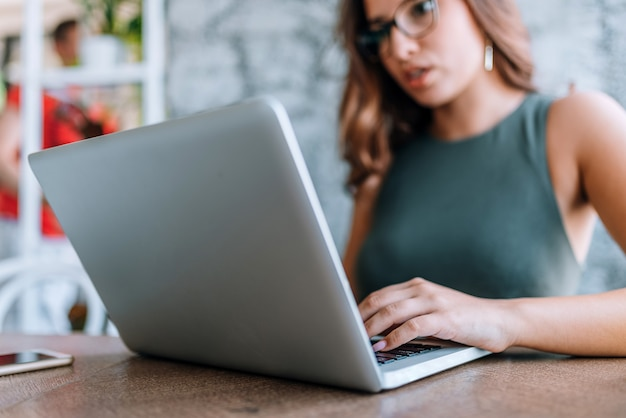 Portrait of a smiling brown haired woman using laptop. Premium Photo
