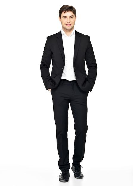 Ritratto di uomo d'affari sorridente in abito nero in posa casual Foto Gratuite