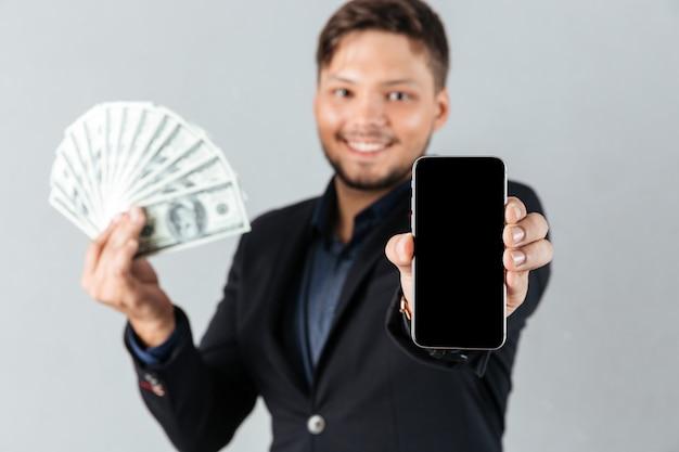 Ritratto di un uomo d'affari sorridente Foto Gratuite