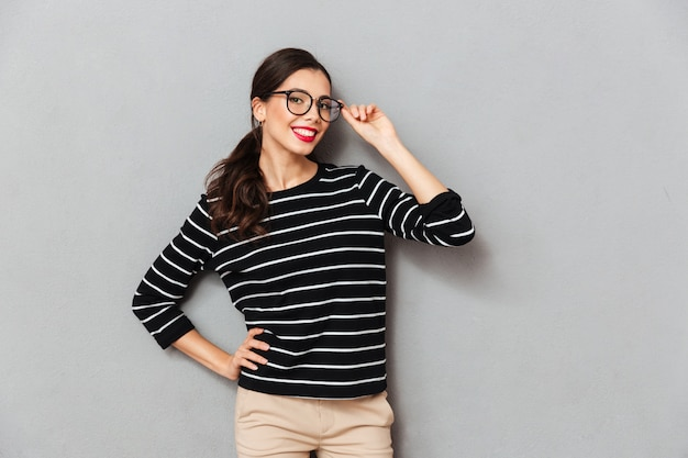 Portrait of a smiling businesswoman in eyeglasses Free Photo
