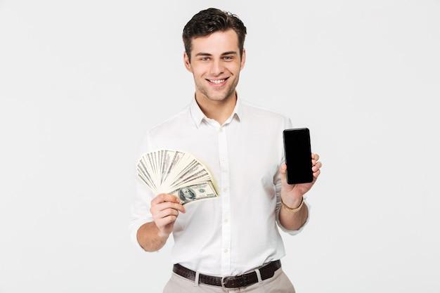 Ritratto di un uomo allegro sorridente Foto Gratuite