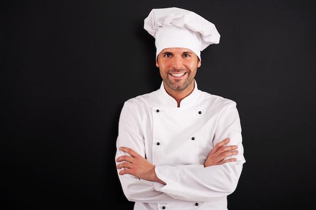 Ritratto di chef sorridente in uniforme Foto Gratuite