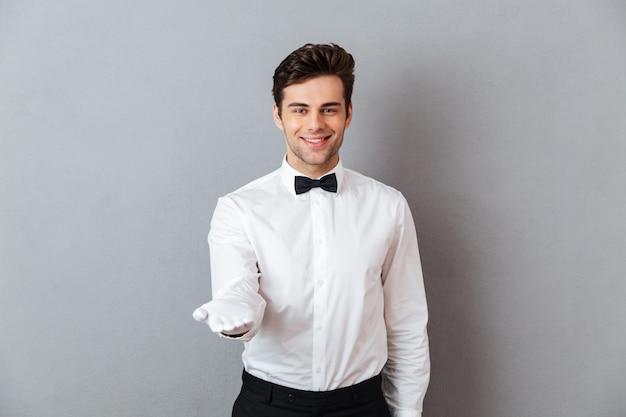 Ritratto di un cameriere maschio amichevole sorridente Foto Gratuite
