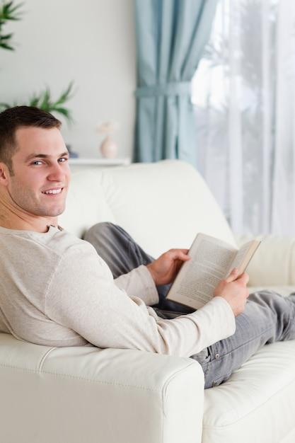 частные фото мужчина лежит на диване катя обострила