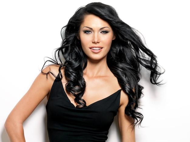 Ritratto di donna sorridente con capelli lunghi castani bellezza - Foto Gratuite