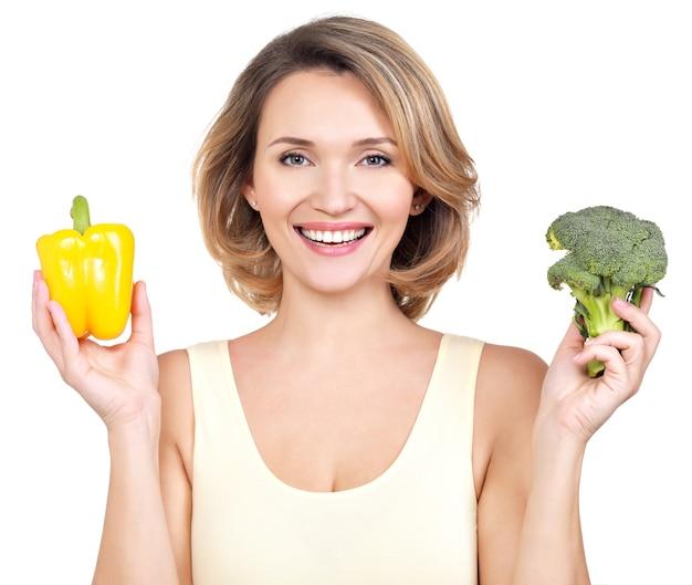 Ritratto di una giovane donna sorridente con verdure - isolato su bianco. Foto Gratuite