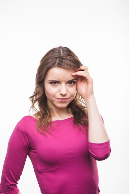 Ritratto di una giovane donna smirking su sfondo bianco Foto Gratuite