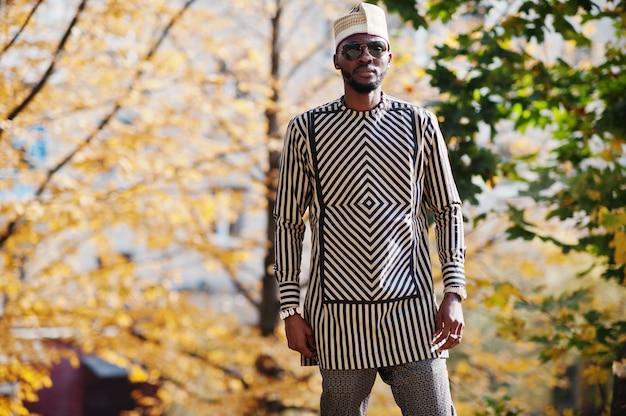 Portrait of stylish man at hat and sunglasses. Premium Photo
